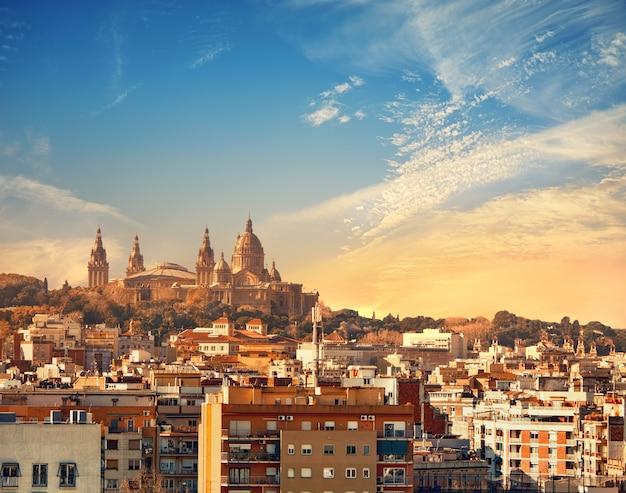 Panoramę barcelony z muzeum narodowym (museu nacional d'art de catalunya) na zachodzie słońca