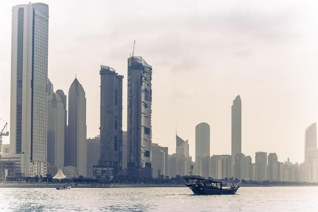Panoramę budynków abu zabi ze starą łodzią rybacką z przodu?
