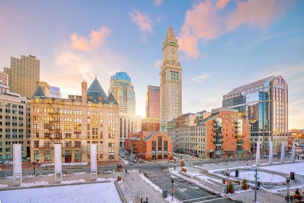Panoramę centrum bostonu o zachodzie słońca w massachusetts, usa