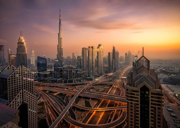 Panoramę dubaju o zachodzie słońca