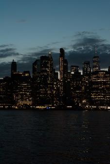 Panoramę dzielnicy finansowej w nocy