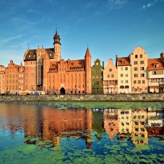 Panoramę gdańska z odbiciem w kanale