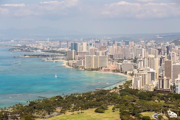 Panoramę honolulu z plażą waikiki i pejzażem morskim
