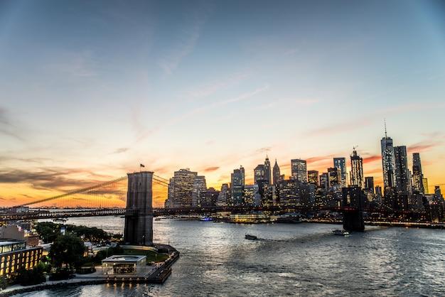 Panoramę manhattanu o zachodzie słońca