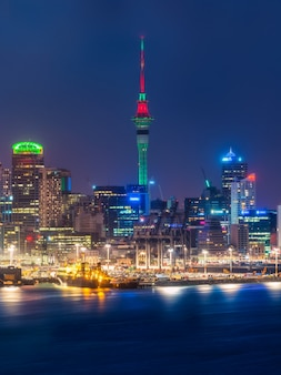 Panoramę miasta auckland w nocy