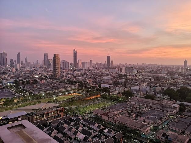 Panoramę miasta bangkok o zachodzie słońca w tajlandii