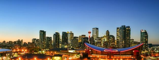Panoramę miasta calgary o zmierzchu alberta kanada
