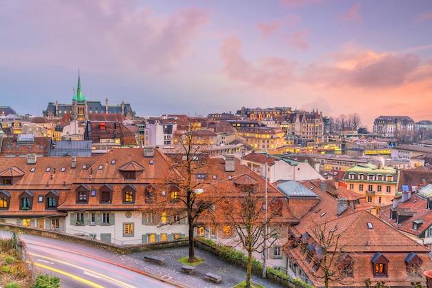 Panoramę miasta centrum lozanny w szwajcarii o zachodzie słońca
