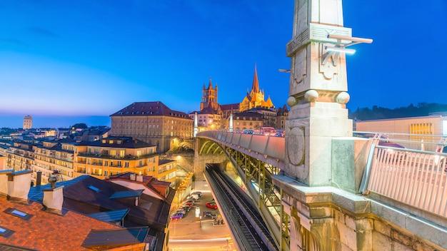 Panoramę miasta centrum lozanny w szwajcarii o zmierzchu