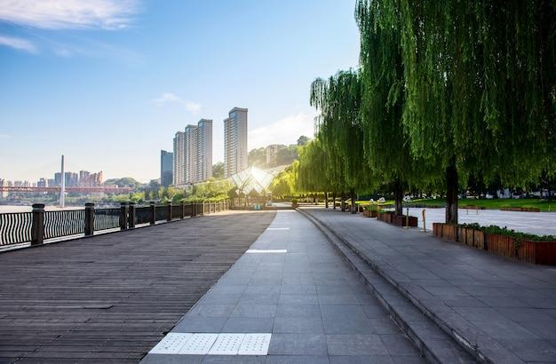 Panoramę miasta chongqing, z drewnianymi podłogami i barierkami.