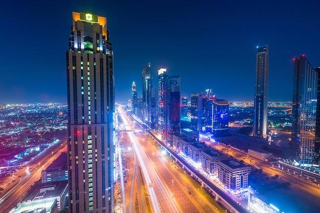 Panoramę miasta dubaj w nocy