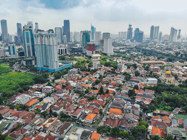 Panoramę miasta dżakarta z miejskimi drapaczami chmur po południu