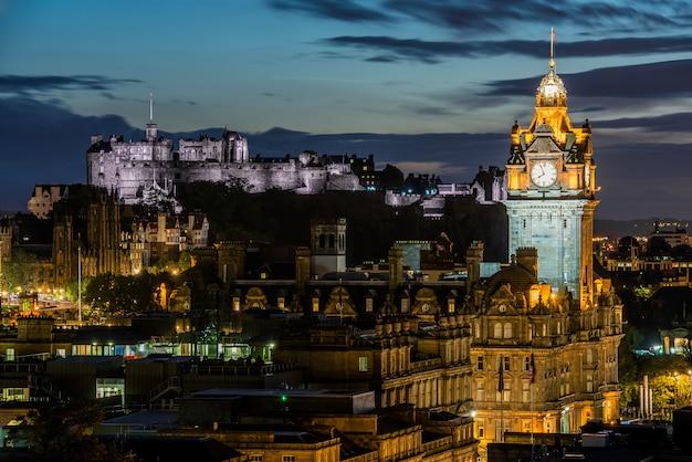 Panoramę miasta edinburgh nocą