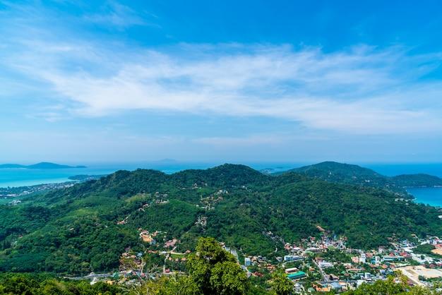 Panoramę miasta phuket z plaży