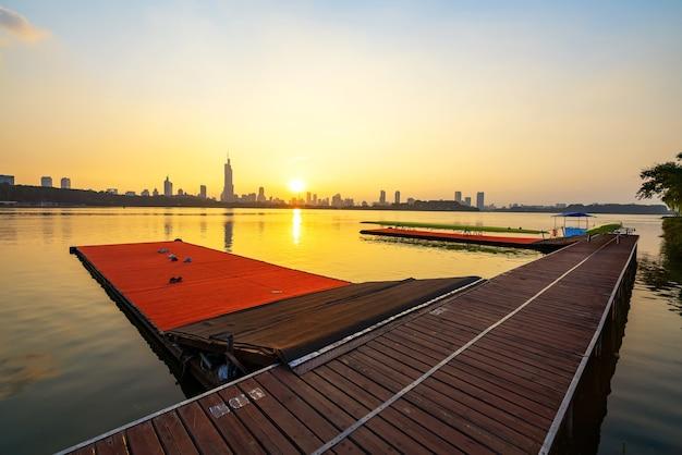 Panoramę miasta qingdao i nabrzeże centrum sportowego