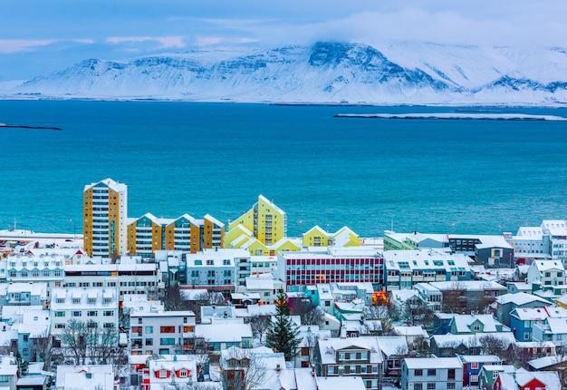 Panoramę miasta reykjaviku w zimie w islandii