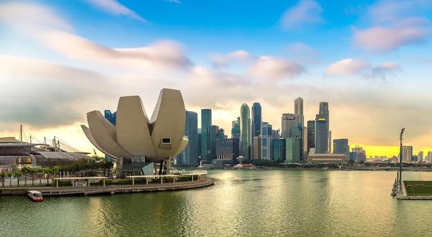 Panoramę miasta singapur o zachodzie słońca