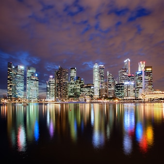 Panoramę miasta singapur w nocy