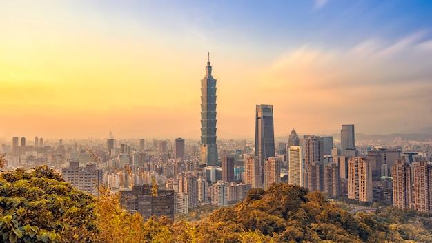 Panoramę miasta tajpej z 101 wieża o zachodzie słońca