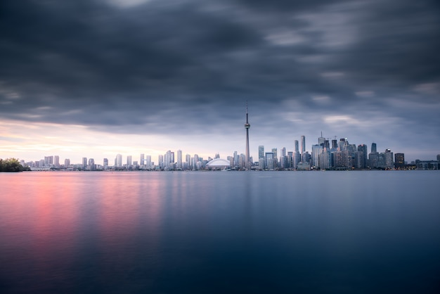 Panoramę miasta toronto w nocy, ontario, kanada