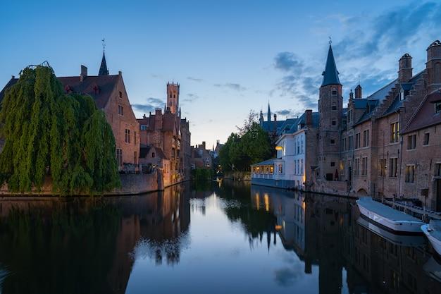 Panoramę miasta w nocy w belgii