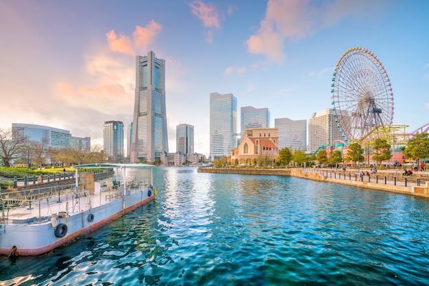 Panoramę miasta yokohama o zachodzie słońca w japonii
