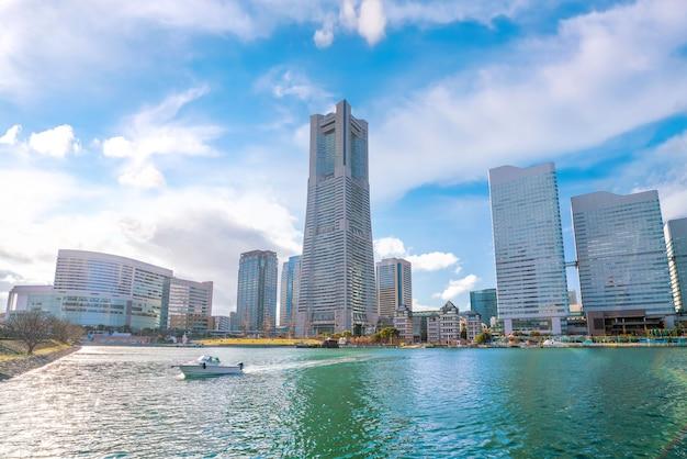 Panoramę miasta yokohama z błękitnym niebem w japonii