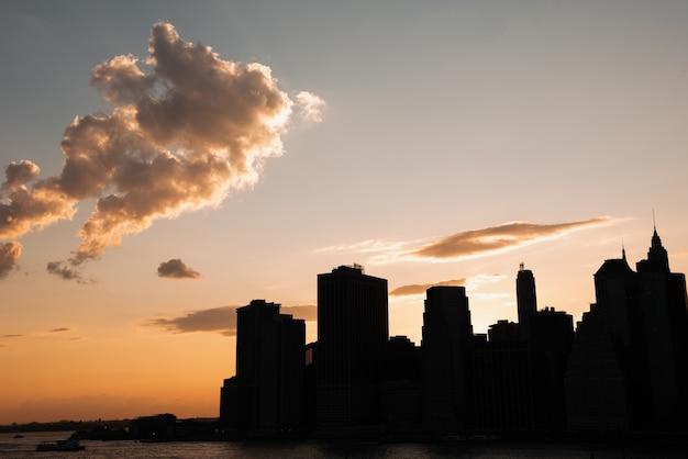 Panoramę miasta z drapaczami chmur o zachodzie słońca