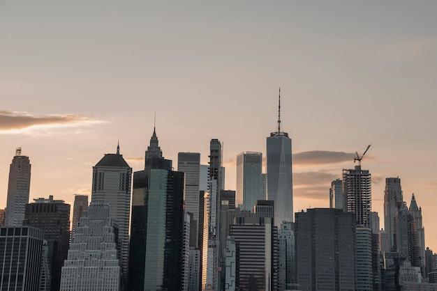 Panoramę miasta z drapaczami chmur o zmierzchu