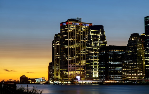 Panoramę nowego jorku o zachodzie słońca na manhattanie piękne budynki biurowe miasta ny usa