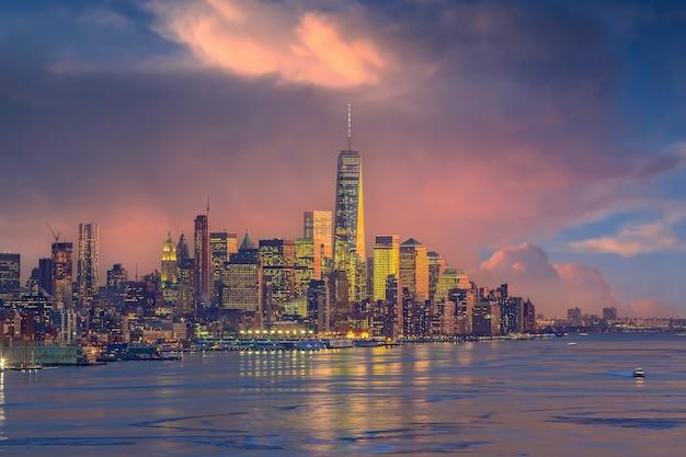 Panoramę nowego jorku, pejzaż manhattanu w usa o zachodzie słońca