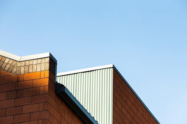 Panoramę nowoczesnego budynku z cegły