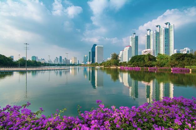 Panoramę nowoczesnych budynków biznesowych w bangkoku wykonanych rano w parku benjakitti (bangkok, tajlandia)