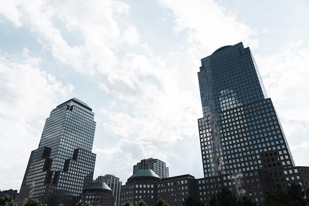 Panoramę nowoczesnych budynków niski kąt