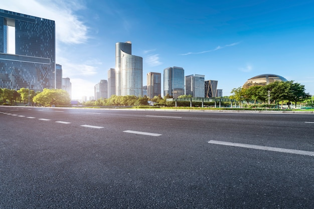 Panoramę pejzażu miejskiego drogi i nowoczesnej architektury architektonicznej