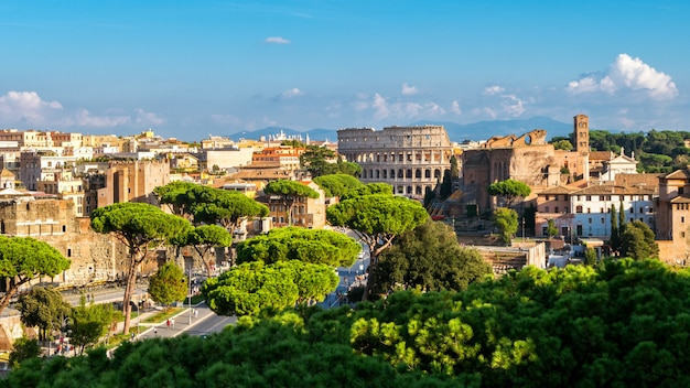 Panoramę rzymu z koloseum i forum romanum, włochy