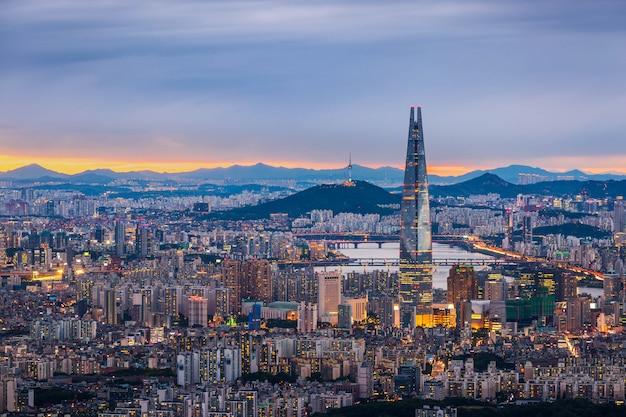 Panoramę seulu i centrum miasta oraz wieżowiec o zmierzchu