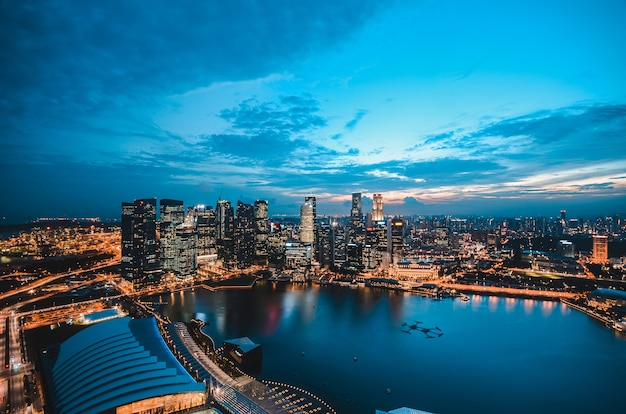Panoramę singapuru po zachodzie słońca