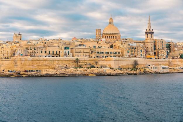 Panoramę starego miasta valletta podczas wschodu słońca. malta