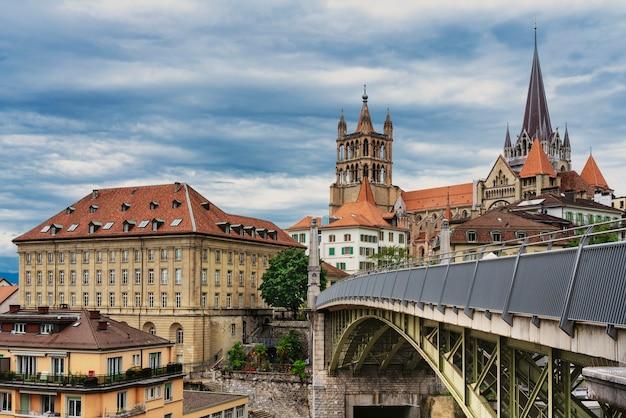 Panoramę starego miasta w lozannie w szwajcarii z katedrą w tle.