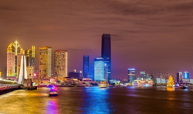 Panoramę szanghaju nad rzeką huangpu nocą, chiny