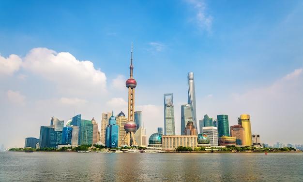 Panoramę szanghaju nad rzeką huangpu w chinach