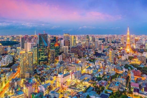 Panoramę tokio z tokyo tower o zmierzchu w japonii