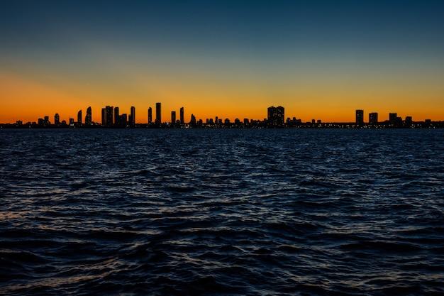Panoramę toronto o zachodzie słońca. widok na miasto wieczorem