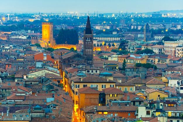 Panoramę werony z castelvecchio w widoku nocnym z piazzale castel san pietro we włoszech