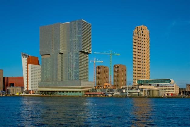 Panoramę wieżowców rotterdamu z widokiem na rzekę nieuwe maas rotterdam