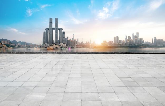 Panoramiczna linia horyzontu i budynki z pustą betonową kwadratową podłoga, chongqing, porcelana