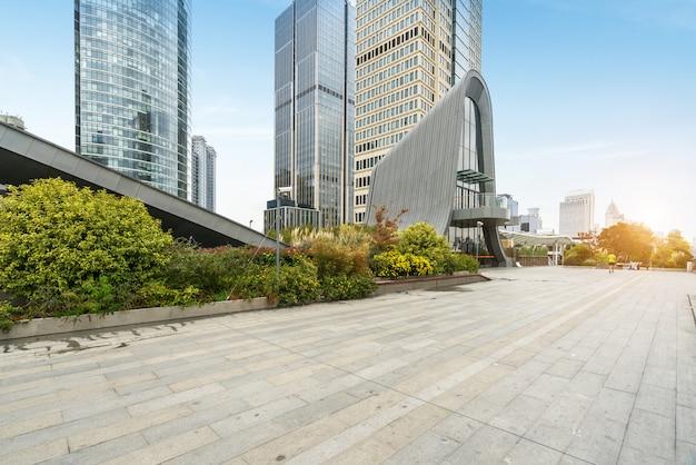 Panoramiczna linia horyzontu i budynki z pustą betonową kwadratową podłoga, shanghai, porcelana