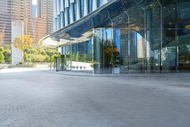 Panoramiczna linia horyzontu i budynki z pustą betonową kwadratową podłoga