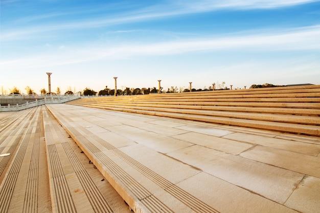 Panoramiczna linia horyzontu i budynki z pustą betonową kwadratową podłogą
